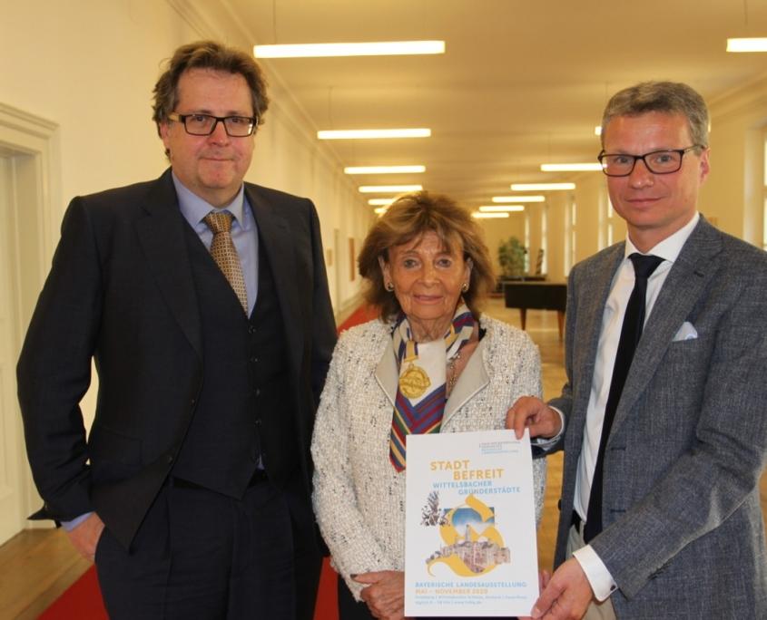 Kunstminister Bernd Sibler (r.), Charlotte Knobloch (Mitte) und Dr. Richard Loibl (l). mit dem neuen Entwurf für den Titel der Landesausstellung (Quelle: StMWK)