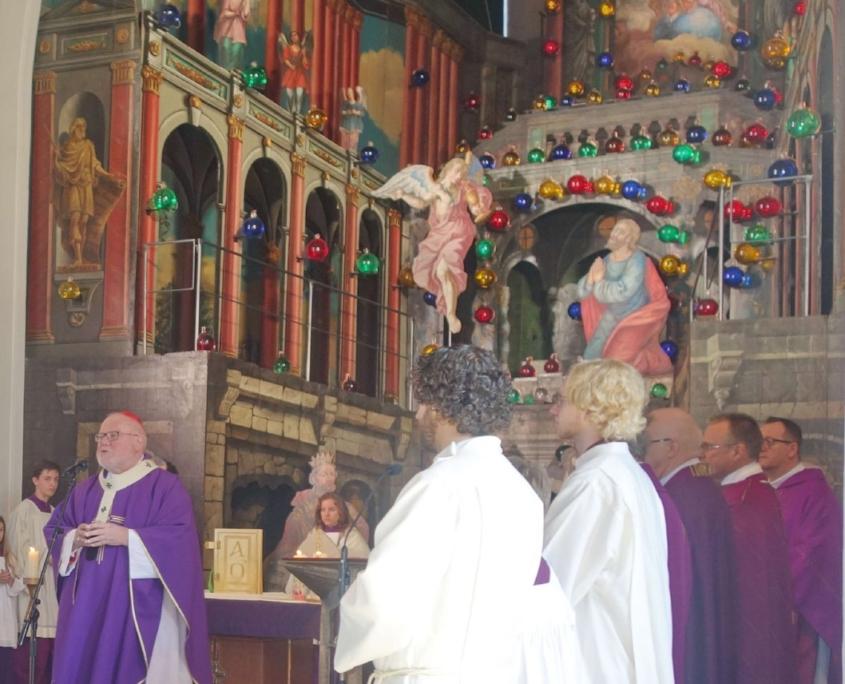 Kardinal Marx mit Messdienern im Chor