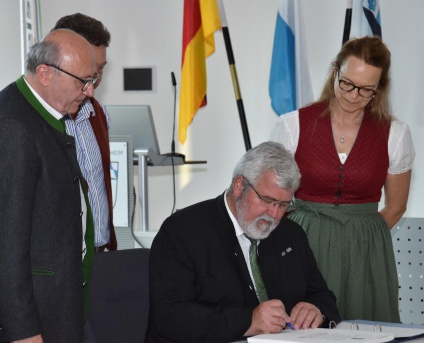Landrat Martin Neumeyer, Bayernbund Landesvorsitzender Sebastian Friesinger, Monika Kaltner, Mitglied des Bayernbund Landesverbandes