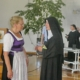 reundeskreis-Vorsitzende Annemarie Biechl mit Äbtissin Johanna Mayer